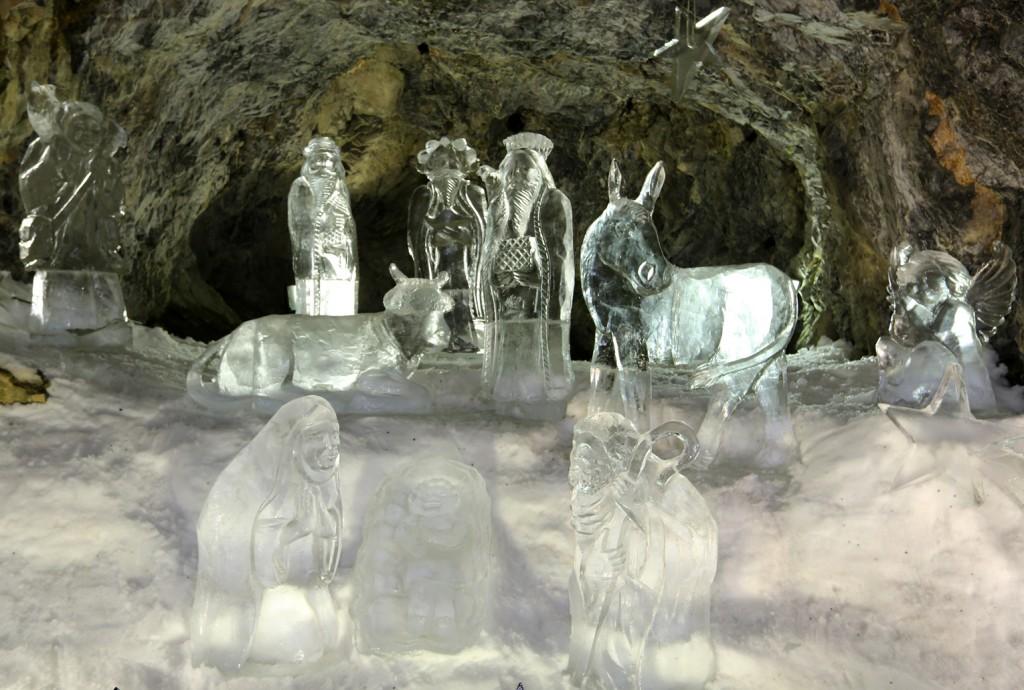 sculpture de la crèche de noel en glace
