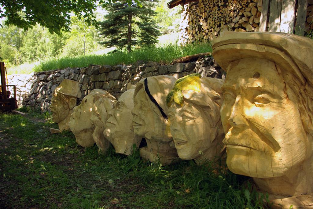 photo de six tête géante sculptées en bois