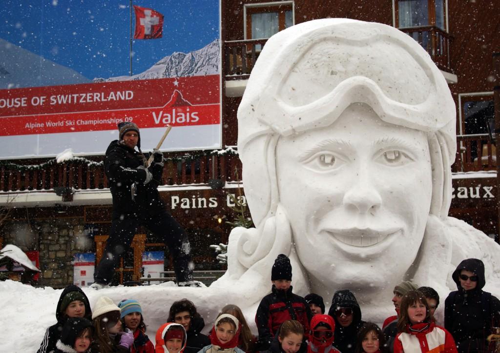 tête géante sculpté en neige à Val d