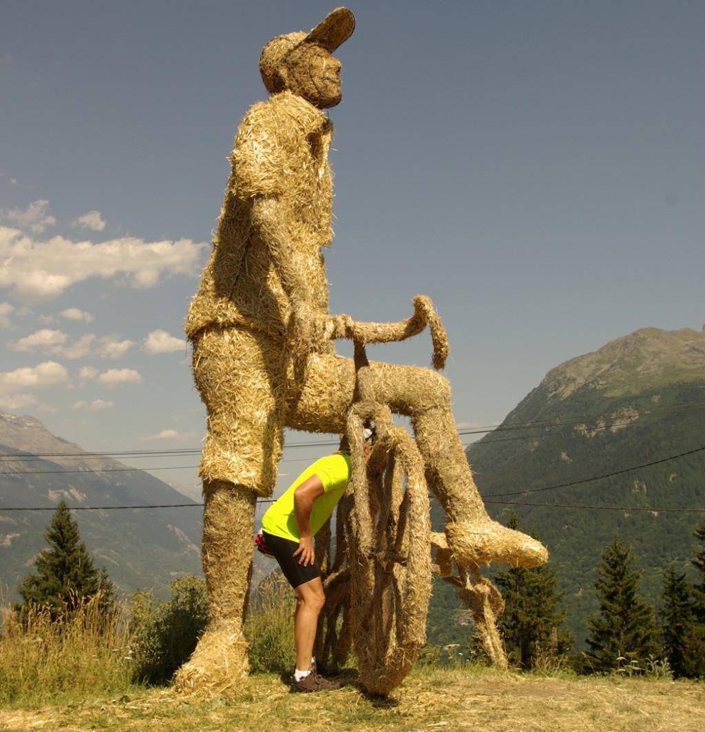 sculpture géante en foin et paille