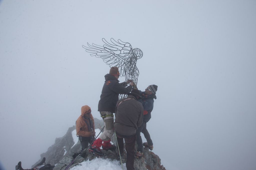 photo de l'installation de la sculpture en acier au sommet de la barre des écrins.
