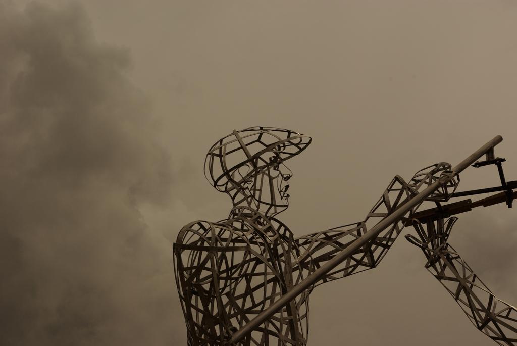 photo d'une partie haute de la sculpture en acier inox de Mongenèvre réalisée en métal par l'artiste contemporain Christian Burger