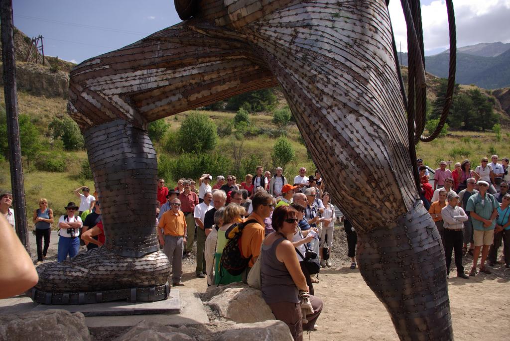 photo de l'inauguration de la sculpture d'edward whymper avec au premier plan les jambes de la sculpture et au second le public qui regarde.