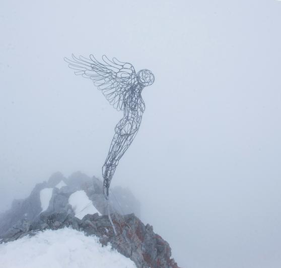 Photo de la sculpture en acier créé par l'artiste Christian burger. Ce cliché de Vincent Verrier a été pris dans le brouillard au sommet de la barre des écrins au moment du départ, juste après l'installation. Une ambience exceptionnelle.