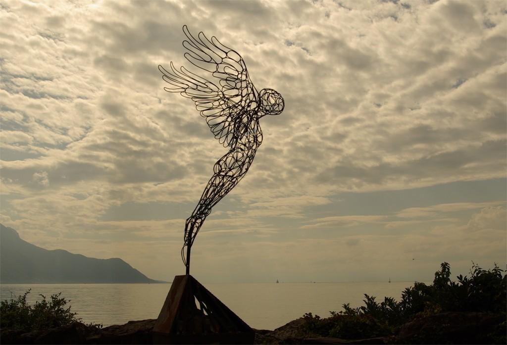 photo de la sculpture en acier Envol, biennale d'art de Montreux, Suisse.
