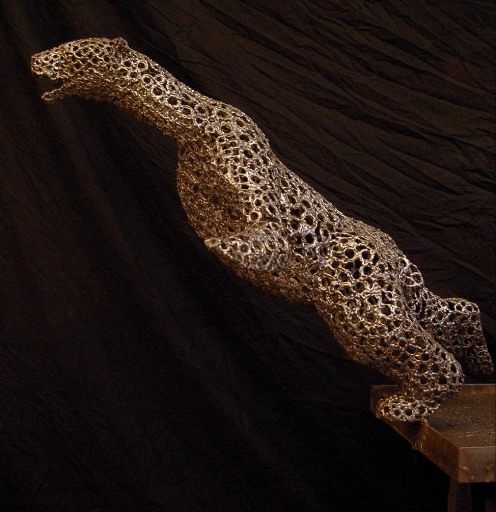 photo d'un ours polaire en chute, sculpture en acier inoxydable, stainless steell, par christian burger