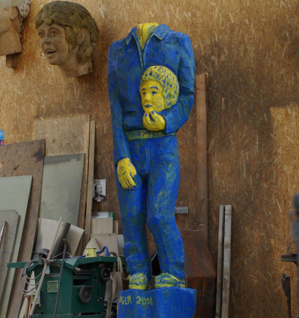 photo d'une sculpture sur bois de 2,50m de haut, L'Homme 2016, par Christian Burger