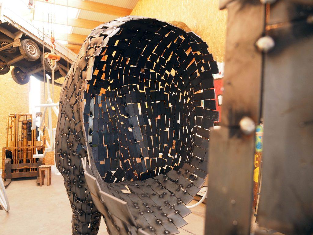 photo de la création de la sculpture de madame Carle réalisée par l'artiste christian burger, vallouise les écrins
