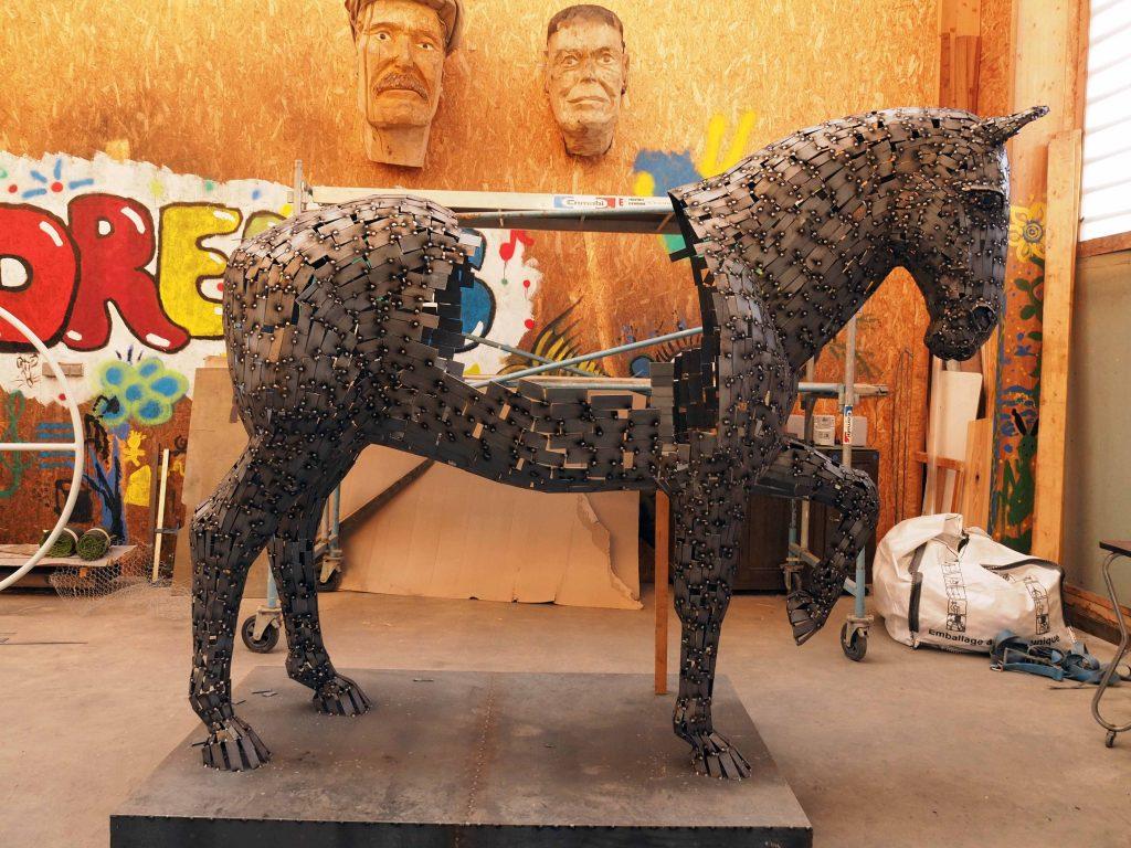 photo de la création de la sculpture de madame Carle réalisée par l'artiste christian burger