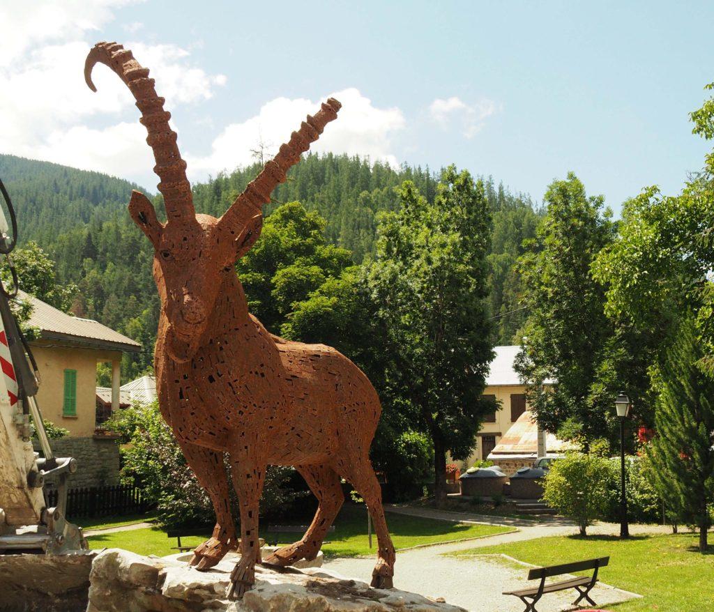 sculpture de Christian Burger en acier corten d'un bouquetin, Colmars le Alpes