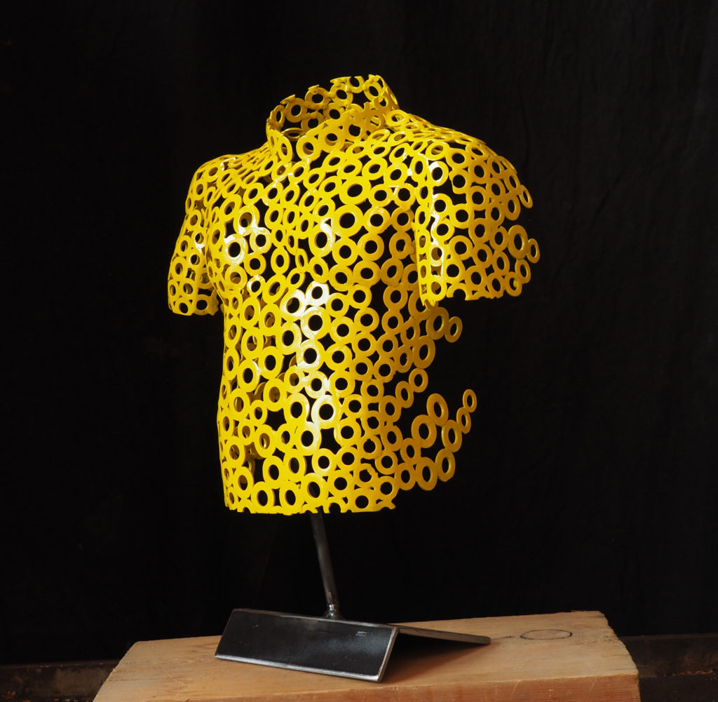 Photo d'une sculpture d'un maillot jaune, cadeau de la commune de Valloire offert à monsieur Prudhomme directeur du tour de France.