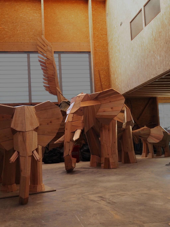 Photo d'une sculpture dans l'atelier de l'artiste Christian Burger représentant des éléphants en bois, créés et réalisées pour le Lobby du Club Med de La Rosière en Savoie Mont Blanc, France.