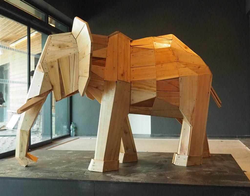 Photo d'un éléphant créé en planche de bois par Christian Burger, exposé au Club Med, dans l'entré du bâtiment, à la Rosière en Tarentaîse.