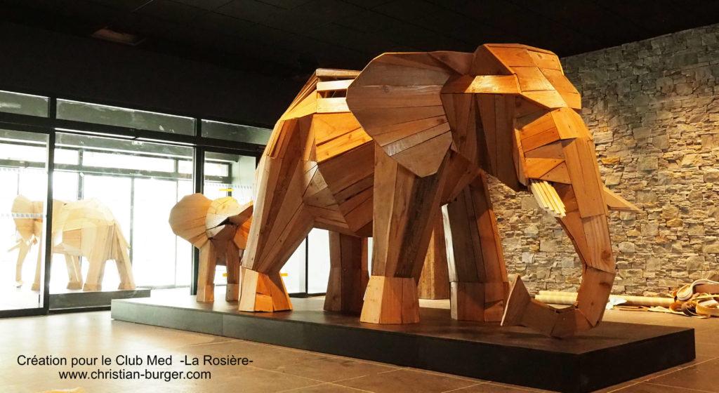 Photo d'une sculpture de Christian Burger représentant des éléphants en bois, créés et réalisées pour le Lobby du Club Med de La Rosière en Savoie Mont Blanc, France.