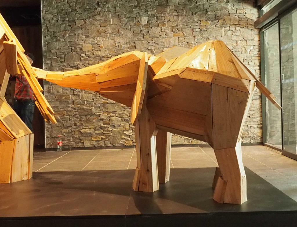 Photo d'une sculpture en bois d'un éléphanteau exposé dans le Lobby d'accueil du club Med de La Rosières, Savoie Mont Blanc France. création Christian Burger