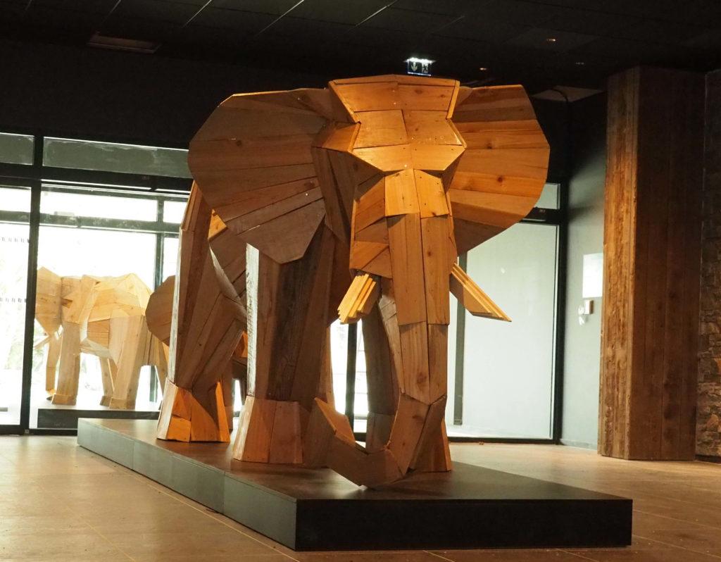 Photo d'une sculpture en bois d'un éléphant exposé dans le hall d'accueil du club Med de La Rosières, Savoie Mont Blanc France. par Christian Burger