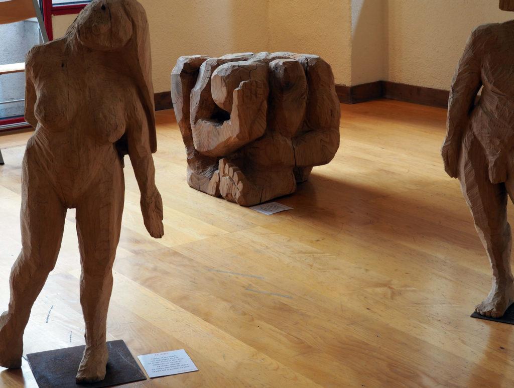 la sculpture d'un homme contorsionniste en exposition